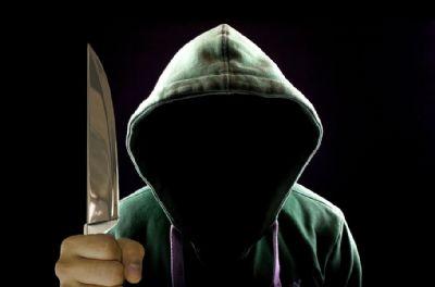 Man met groot mes zonder gezicht